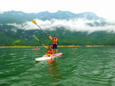 chèo thuyền kayak trên hồ ba bể